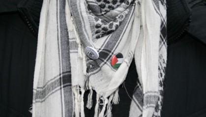 Erlend Sandholm, med palestinaskjerf og button